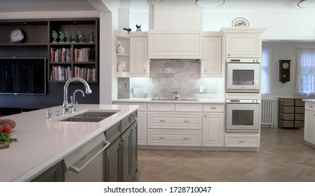 Toronto - 10. Mai 2020: Luxurious Dining Room And Modern Kitchen Furnished With Elegant Furniture Inside Of Spacious Interior. Style Design Concept For Dinner Table, Chair, Drawer And Chandelier.
