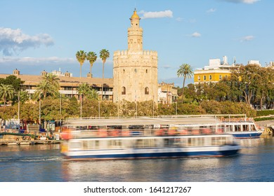 The Torre del Oro in Seville, at the time that a ship made its tourist itinerary.