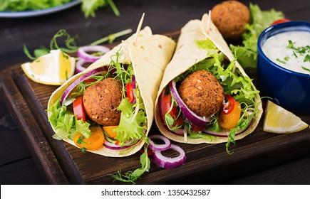 Tortilla Packung mit Falkel und frischem Salat. Veganische Takos. Vegetarisches gesundes Essen.