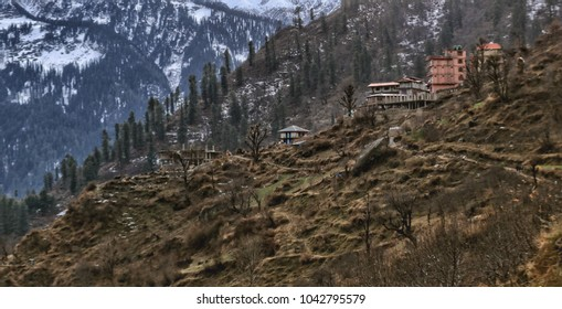 Tosh village is located atabout 2,400 metres(7,900 ft) in elevation on a hill near Kasol in the Parvati Valley, surrounded by mountains.