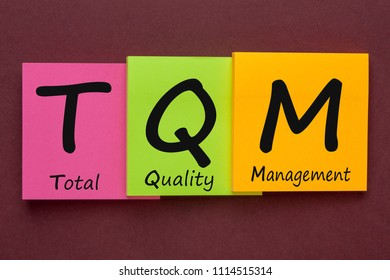 Total Quality Management (TQM) written on color notes.