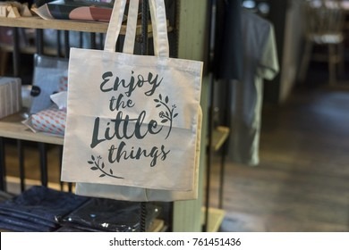 "Tote bag with the phrase ""Enjoy the little things"""