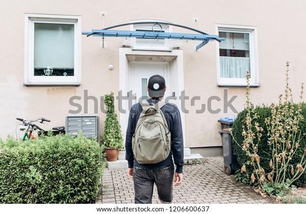 観光客は、彼が予約した部屋に泊まるためにゲストハウスやホステルに行くか、学校や休暇の後にバックパックを持った学生が帰って来る。