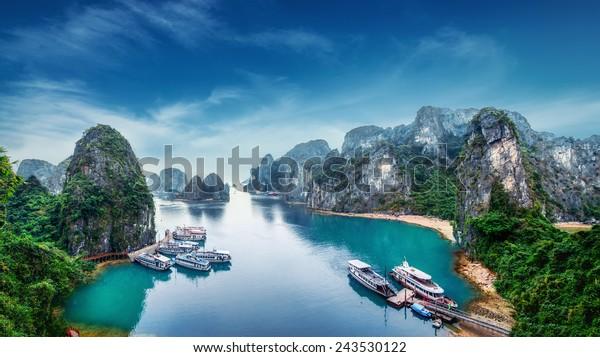 Touristenschunken, die in Ha Long Bay, Südchinesisches Meer, Vietnam, Südostasien zwischen Kalksteinfelsen schwimmen