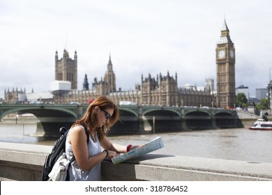 Tourist is looking to map in London