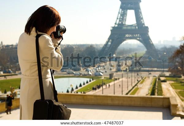 Turista tomando una foto de la Torre Eiffel en París