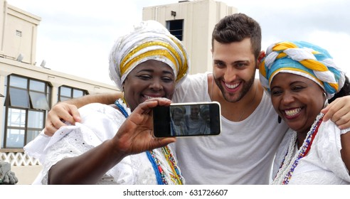 Tourist taking a selfie with tradicional Brazilian Women - Baianas