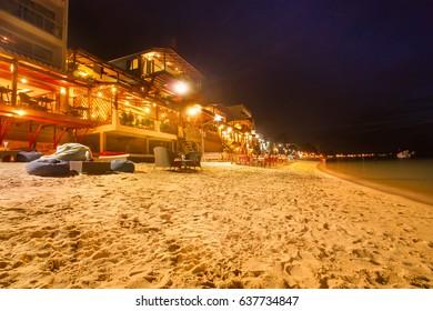 Tourists enjoy Chaweng Beach nightlife at Koh Samui beachside restaurant & bar - Thailand
