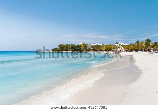 Touristen entspannen am Sandstrand von Varadero. Kuba.