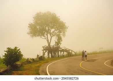 Turistas parados frente al Parque Nacional de phulankha, Chaiyaphum, Tailandia