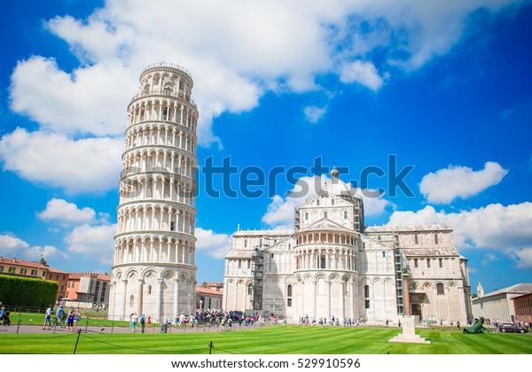 イタリア・ピサの斜塔を訪れる観光客