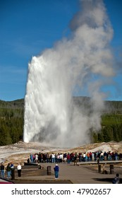 Tourists watching the Old Faithful eruption in Yellowstone National Park