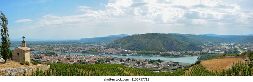 Tournon sur Rhône et Tain l'Hermitage, deux villes fluviales et vignobles sur les collines de la Côte du Rhône en France