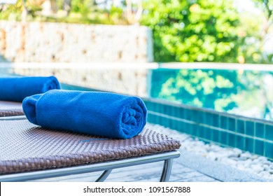 towel pool on bed around swimming pool in hotel resort - Holiday vacation concept