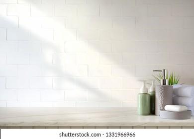 Handtücher und Keramik Shampoo oder Seife auf dem obersten Marmortisch auf Badhintergrund.