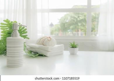 Handtücher auf weißem Holztisch mit Kopienraum auf unscharfem Hintergrund. Für Produktdarstellung-Montage.