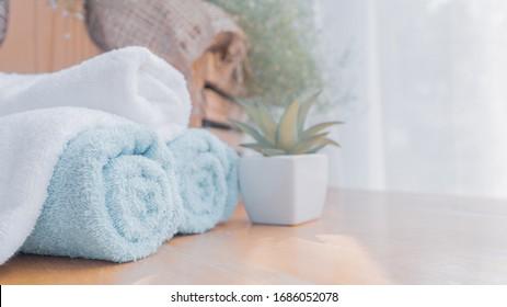 Handtücher auf Holztisch mit unscharfem Hintergrund, Kopienraum für die Produktanzeige