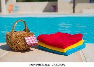 Towels and picnic at te swimming pool
