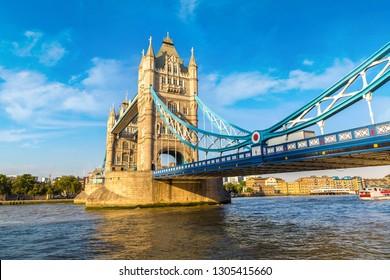 Tower Bridge en Londres en un bello día de verano, Inglaterra, Reino Unido