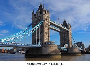 Tower bridge in London on Tamigi.