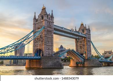 日没にロンドンのタワーブリッジ。橋や史跡の中でも最も古く、観光名所として人気が高い。