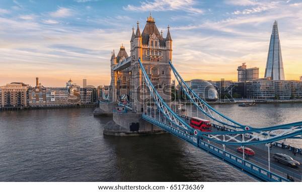Tower Bridge in London, Großbritannien. Sonnenuntergang mit schönen Wolken