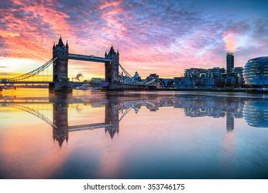 Tower Bridge mit Spiegelungen bei Sonnenaufgang in London.