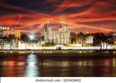 Tower of London and Tamisa river at night