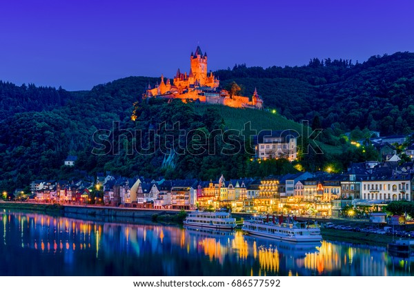 Die Stadt Cochem, Deutschland, in der Nacht. Es liegt im romantischsten Teil des Moseltals, wo der Fluss zwischen zwei Wanderparadiese - Eifel und Hunsrueck - kurbelt.