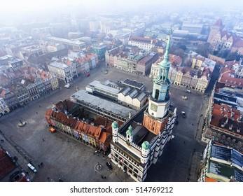 Ayuntamiento (ratusz) y antigua plaza del mercado en Poznan, Polonia. Vista aérea.