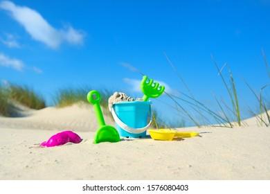 Barco de juguetes en las dunas de la playa