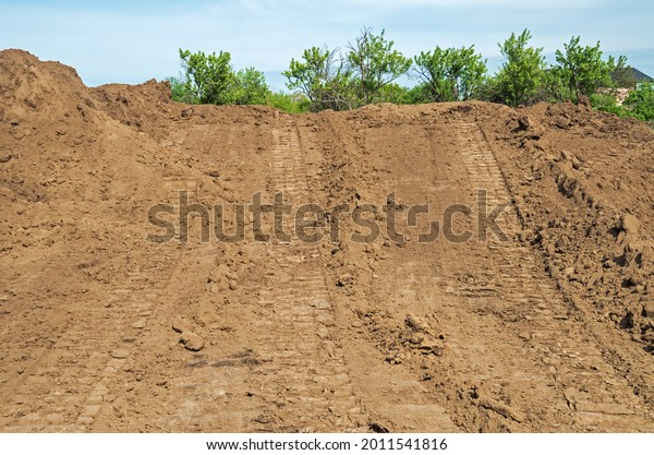 track-marks-on-loose-soil-600w-201154181