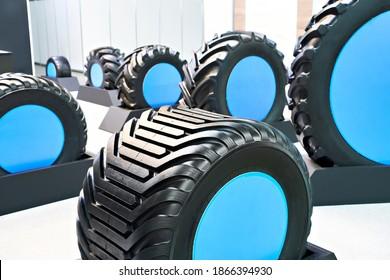 Pneumatiques pour tracteur en magasin à l'exposition