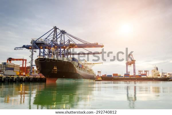 Port commercial le matin