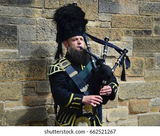 Traditional Bagpiper on Royal Mile, Edinburgh - June 2017 - Edinburgh, Scotland