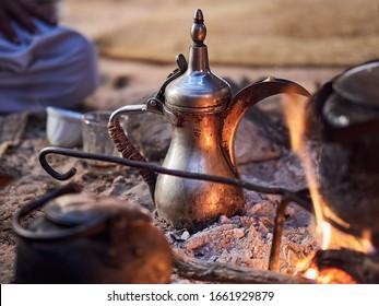 Traditioneller Beduinenkaffee mit Feuergewürzen