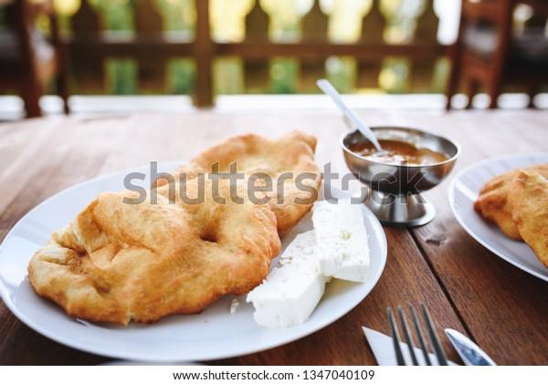 伝統的なブルガリア語(バルカン)の朝食 – メキチ(メキチ)とチーズとジャム