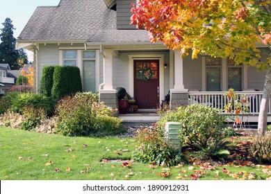 Traditionelles kanadisches Haus mit einem großen Vorgarten. Schönes neues Haus mit gemütlicher Veranda im Herbst.