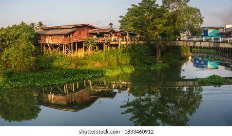 maison traditionnelle de canal en thaïlande