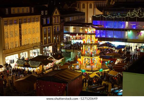 Traditioneller Weihnachtsmarkt im historischen Zentrum von Nürnberg, Deutschland