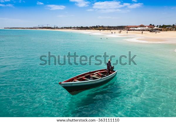 Traditionelles Fischerboot in Santa Maria auf der Insel Sal in Kap Verde - Cabo Verde