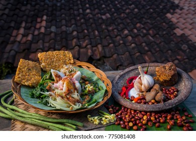 traditional food of indonesia.  pecal is a food that uses peanut sauce as the main ingredient mixed with various types of vegetables. This food is popular especially in DI Yogyakarta, Central Java, an