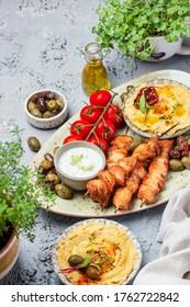 Traditionelle griechische Hühnersuppe mit Tzatziki-Sauce und Hummus