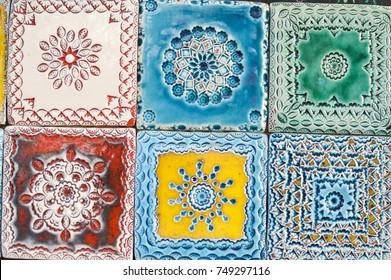 Traditionelle handgefertigte Azulejos portugiesischer dekorativer Fliesen künstlerisch bunter Design Hintergrund. Kreativ schöne Texturfläche