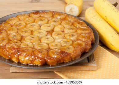 Traditioneller, hausgemachter Bananenkaramelkuchen. Französischer Tartentatin