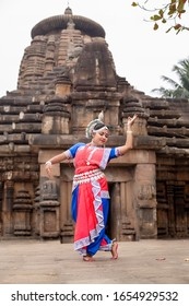 Traditional indian dancer in the posture of Indian odissi dance at Siddheshwar Temple, Bhubaneswar, Odisha, India. Odissi dance is a major ancient Indian classical dance form.