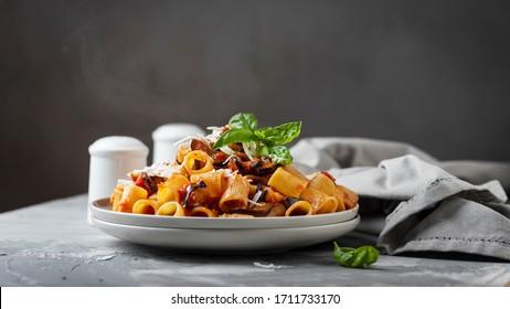 Traditionelle italienische Nudeln alla norma mit Auberginen und Ricotta, selektiver Fokus und Schieberegler