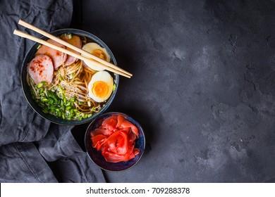 ramen à soupe japonaise traditionnelle avec bouillon de viande, nouilles asiatiques, algues, porc tranché, oeufs et gingembre mariné. Arrière-plan. Cuisine asiatique. Espace pour le texte. Vue de dessus. Soupe de ragoût savoureuse pour le dîner