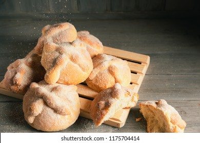 """Traditional mexican bread of the dead """"pan de muerto"""" on a wooden background"""