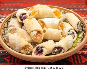 traditionell romanische festliche Dessertklöße mit einer abwechslungsreichen türkischen Köstlichkeit, die auf einem traditionellen Tuch serviert wird
